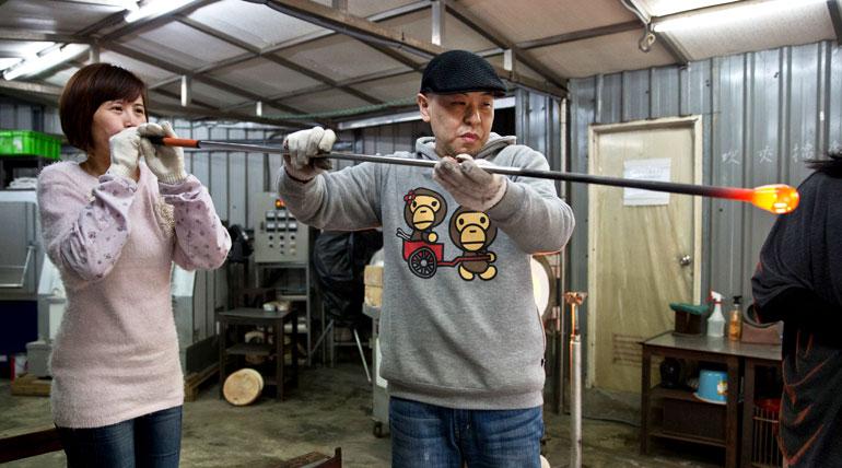 1000 ℃長這樣?跟日本第一吹製大師 ‧ 安井顯太 ‧ 學吹玻璃,太酷帥