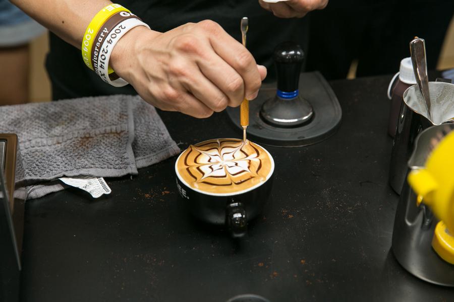 跟台灣咖啡大師-林東源學拉花。太幸福啦~