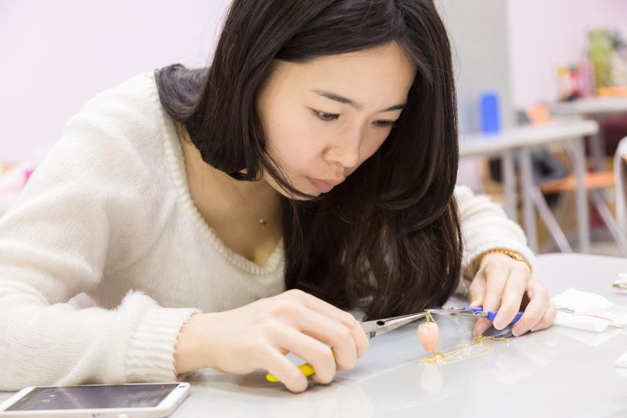 [台北] 西門町站 – Niceday 珠寶黏土首飾課程 親手繪製可愛草莓項鍊。