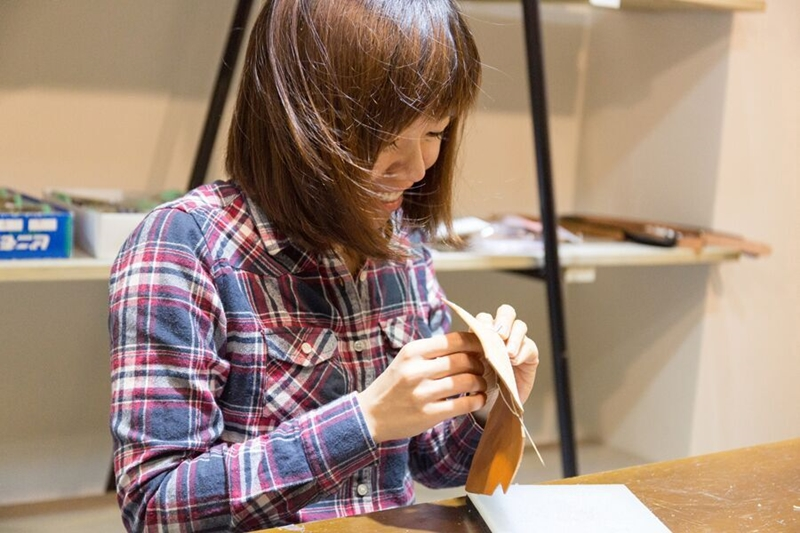 台中 Handiin 日本手工袋包&服飾&甜點複合 DIY玩皮革 我的名片夾超有質感!